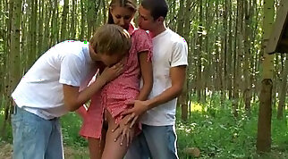 Chick likes having a bit of an outdoor threesome