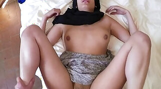 Muslim amateur gives good head before pounding